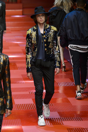 Показ Dolce & Gabbana коллекции сезона Весна-лето 2018 года Men prêt-à-porter - www.elle.ru - Подиум - фото 622340