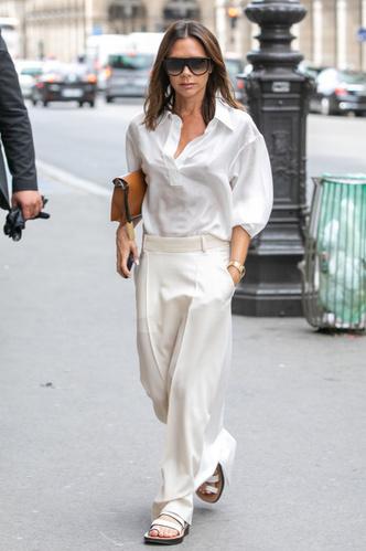 Виктория Бекхэм в белом тотал-луке на шопинге в Париже (фото 1.1)