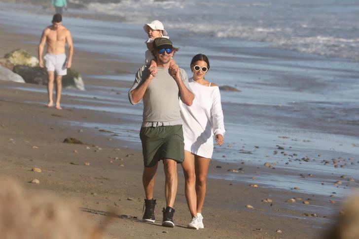 Океан, пальмы и бикини: Ирина Шейк и Брэдли Купер отдыхают на побережье (фото 5)