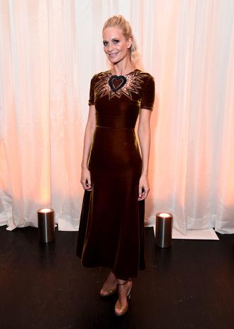 Британский шик: Поппи Делевинь в бархатном платье Fendi (фото 1)