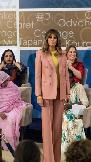 Мелания Трамп в розовом костюме Emilio Pucci на премии Women of Courage (фото 1.2)