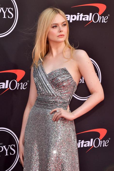 Во всем блеске: Эль Фаннинг в серебристом платье Celine (фото 2)