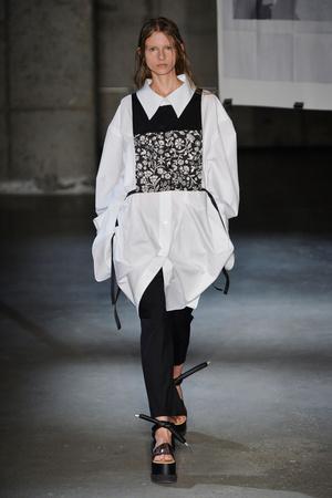 Показы мод MM6 Maison Martin Margiela Весна-лето 2015 | Подиум на ELLE - Подиум - фото 4086