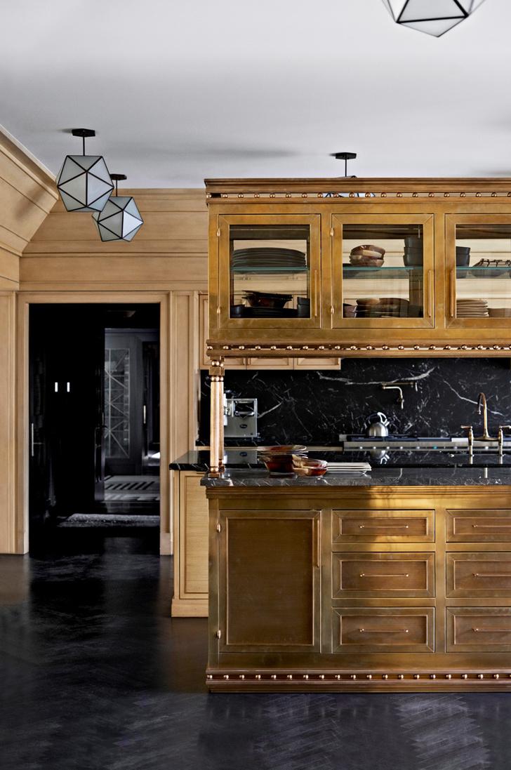 Кухня. Шкафчики выполнены из дуба, фасады отделаны латунью. Столешницы, мрамор. Светильники сделаны на заказ.