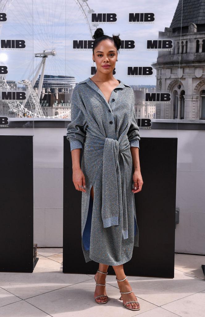 Серый — новый черный: платье-рубашка как у Тессы Томпсон (фото 2)