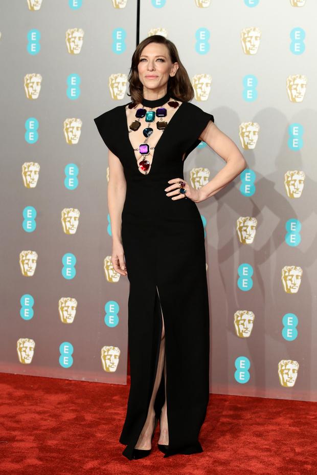 Британский стиль: 9 лучших платьев и 1 смокинг на BAFTA-2019 (фото 8)