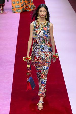 Показ Dolce & Gabbana коллекции сезона Весна-лето 2018 года Prêt-à-porter - www.elle.ru - Подиум - фото 640601