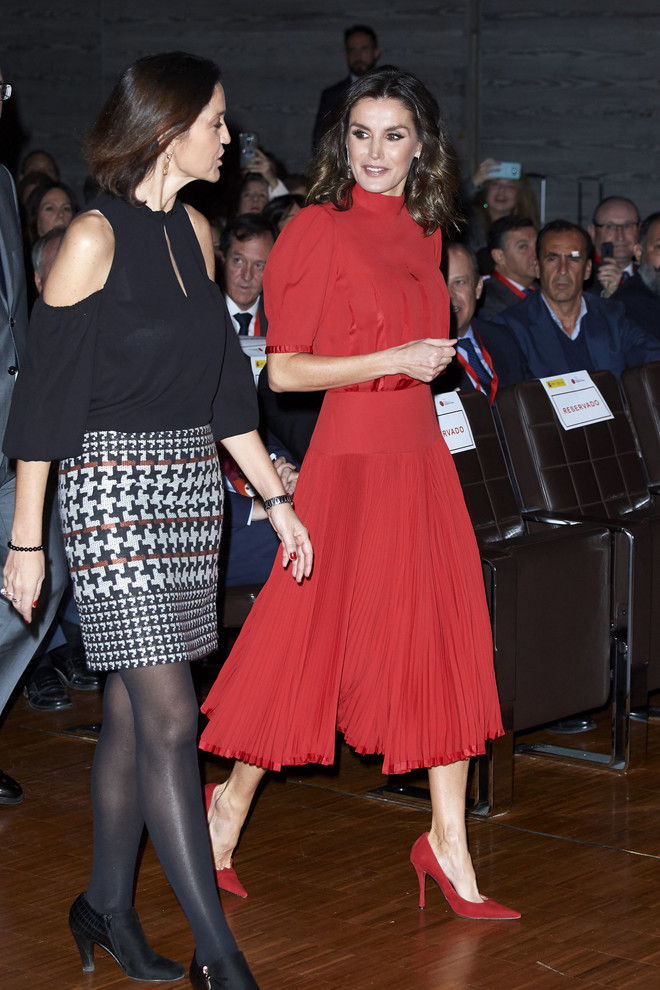 Рубины, красное платье и сверкающий макияж - рождественский образ королевы Летиции (фото 2)