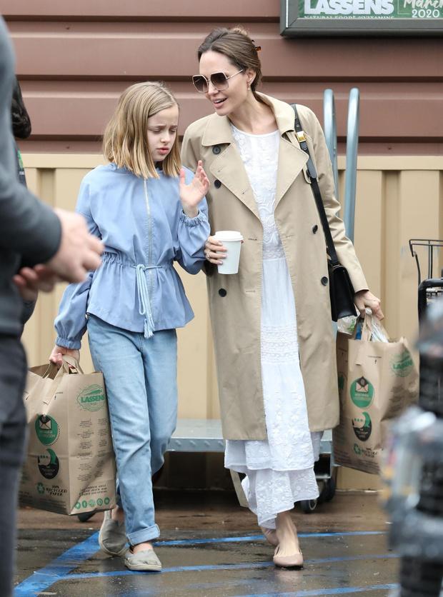 Платье из кружевного белого льна и балетки: сияющая Анджелина Джоли на прогулке с дочерью (фото 4)