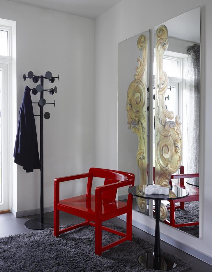 Прихожая. Зеркала и кресло, Casamilano. Вешалка и журнальный столик, Ciatti.