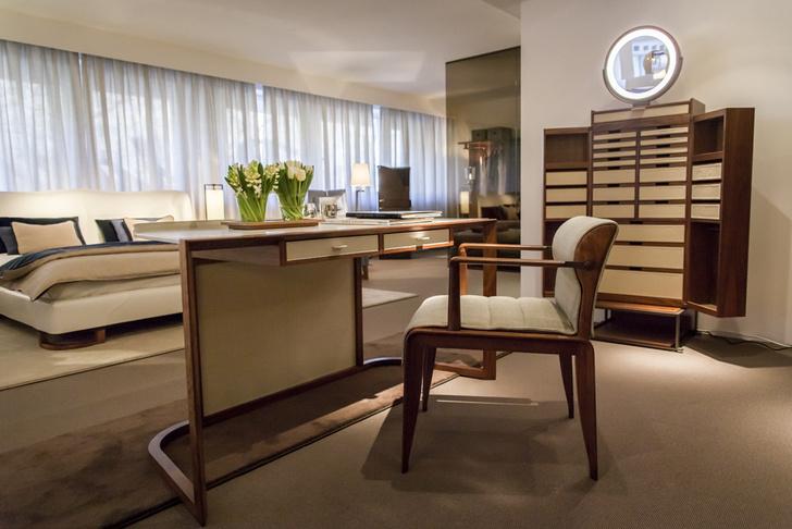 Зона спальни. Высокий распашной комод Oro c зеркалом наверху, письменный стол Ion, кресло Ina, дизайн Чи Вин Ло.