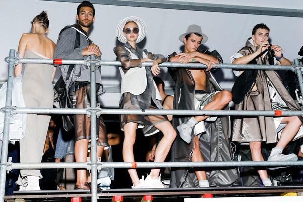Самые красивые модели на бэкстейдже в Милане (фото 38)