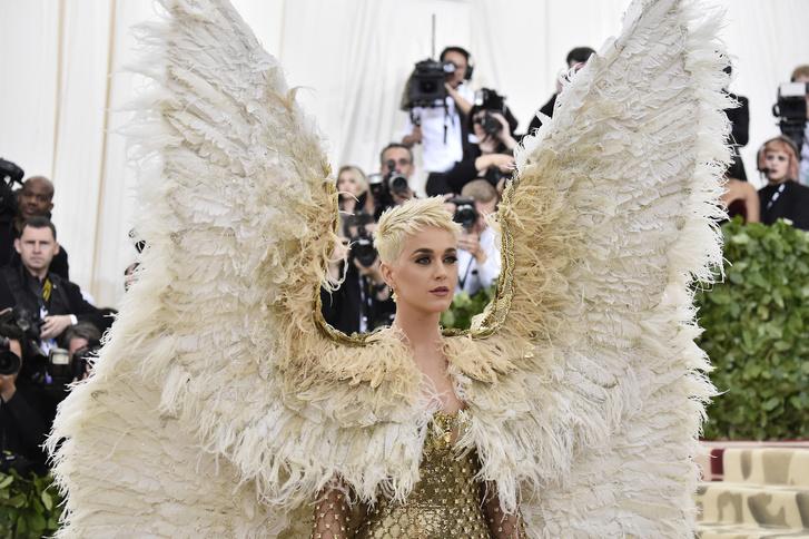 Спустилась с небес: Кэти Перри в Atelier Versace (фото 3)