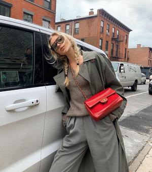 Всего один яркий акцент: Эльза Хоск носит серый тотал-лук с красной сумкой Chanel (фото 0.1)