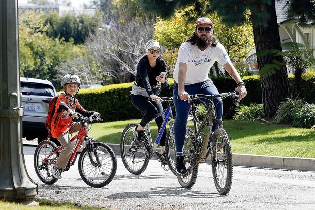Family time: Кейт Хадсон на велопрогулке с семьей (фото 1)