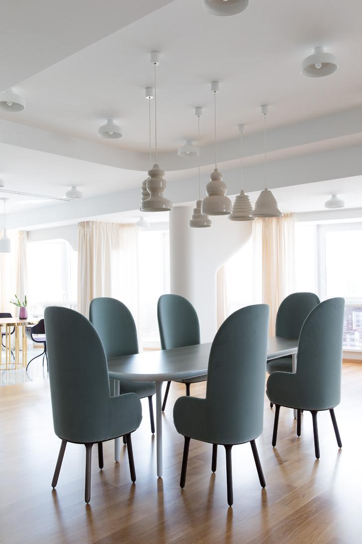 Зона столовой на первом этаже. Светильники, Bosa, стулья, ограниченная коллекция, Se London, стол выполнен по эскизам Хайме Айона.