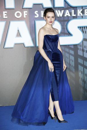 Синий бархат: Дэйзи Ридли на премьере «Звездных войн» в Лондоне (фото 0.1)
