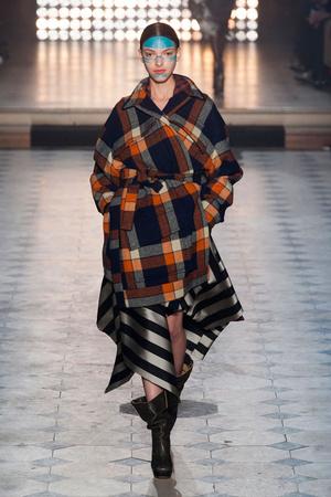 Показ Vivienne Westwood коллекции сезона Осень-зима 2014-2015 года Prêt-à-porter - www.elle.ru - Подиум - фото 582797