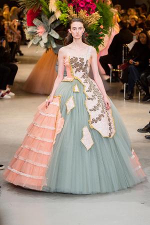 Показ Viktor & Rolf коллекции сезона Весна-лето  2017 года Haute couture - www.elle.ru - Подиум - фото 616820