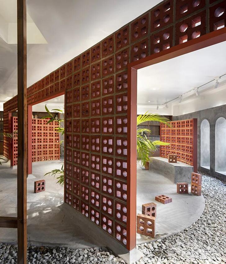 Терракотовые стены в арт-галерее в Индии (фото 3)