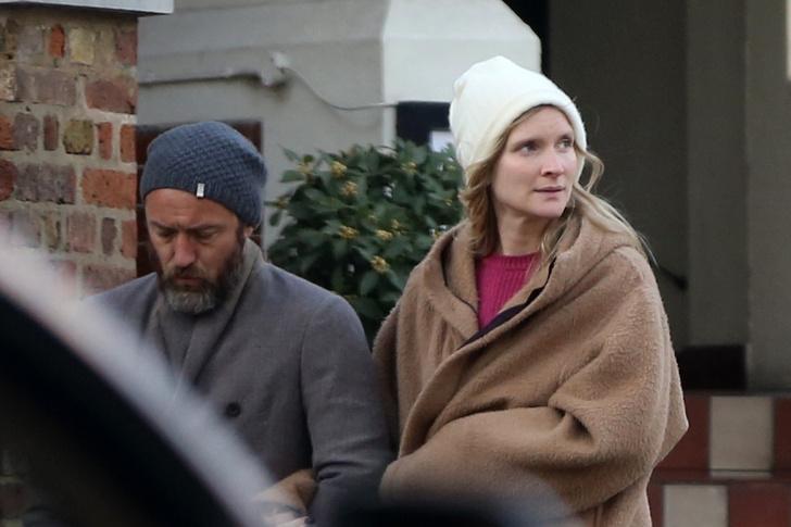 Задумчивый и очень стильный: Джуд Лоу на прогулке с женой (фото 2)