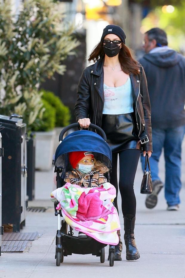 Горячая штучка: Ирина Шейк в кожаной мини-юбке и майке с опасным декольте (фото 1)