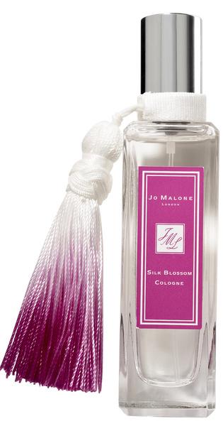 Парфюмеры Jo Malone советуют миксовать цветочно-пудровый одеколон Silk Blossom (2 570 руб.) с другими ароматами марки, чтобы придать им нежности. А по мне, так новинка хороша сама по себе.