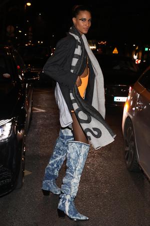 Синди Бруна носит замшевые ботфорты, чтобы ноги казались длиннее (фото 1.2)