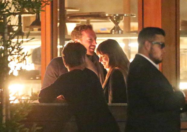 Все серьезно: Дакота Джонсон познакомила Криса Мартина с родителями (фото 1)