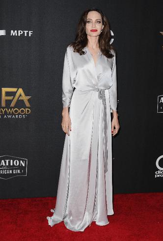 Дива дивная: Анджелина Джоли затмила всех на церемонии Hollywood Film Awards фото [1]