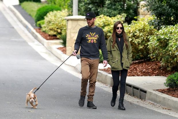 Двое в городе, не считая собаки: влюбленная Лили Коллинз на прогулке с бойфрендом (фото 3)
