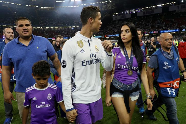Криштиану Роналду с сыном и Джорджина Родригес