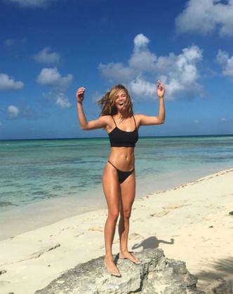 К Новому году готова: модель Нина Агдал поделилась снимками с пляжа (фото 2)