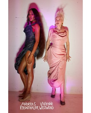 Королева провокации: абсолютно голая Наоми Кэмпбелл в кампании Vivienne Westwood (фото 2.1)