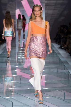 Показ Versace коллекции сезона Весна-лето 2015 года Prêt-à-porter - www.elle.ru - Подиум - фото 589319