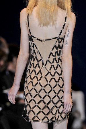 Показ Versace коллекции сезона Осень-зима 2012-2013 года prêt-à-porter - www.elle.ru - Подиум - фото 365143