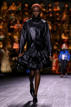 Как носить пуховик с вечерним платьем? Ответ найдете на показе Louis Vuitton (фото 1.2)