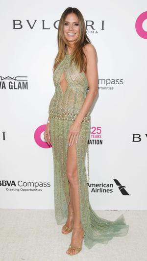 Призрачная нить: самые откровенные платья звезд на вечеринке после «Оскара» (фото 5.1)
