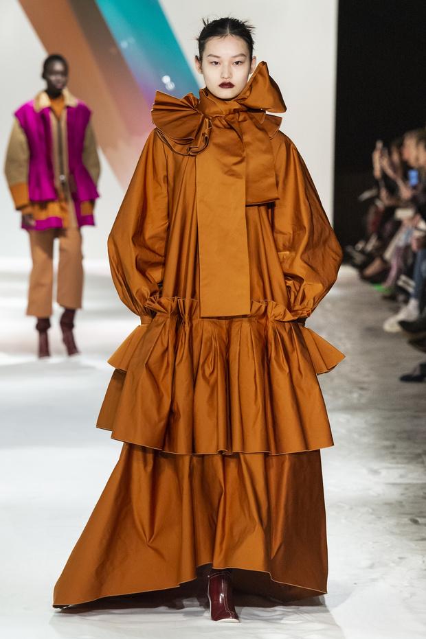 Новый способ носить шарф будущей осенью от Roksanda (фото 2)