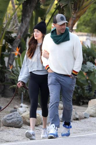 Семейный выход: Дакота Джонсон и Крис Мартин на прогулке с собакой (фото 1.1)