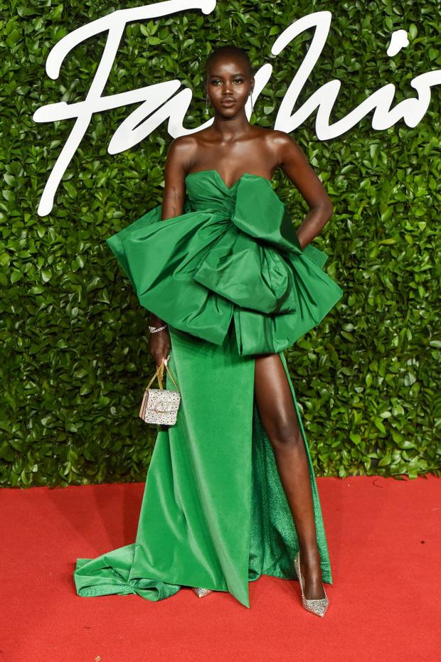 Блеск пайеток и прозрачные ткани: самые красивые платья церемонии Fashion Awards 2019 (фото 18)