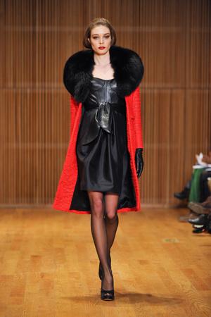 Показы мод Douglas Hannant Осень-зима 2013-2014 | Подиум на ELLE - Подиум - фото 818