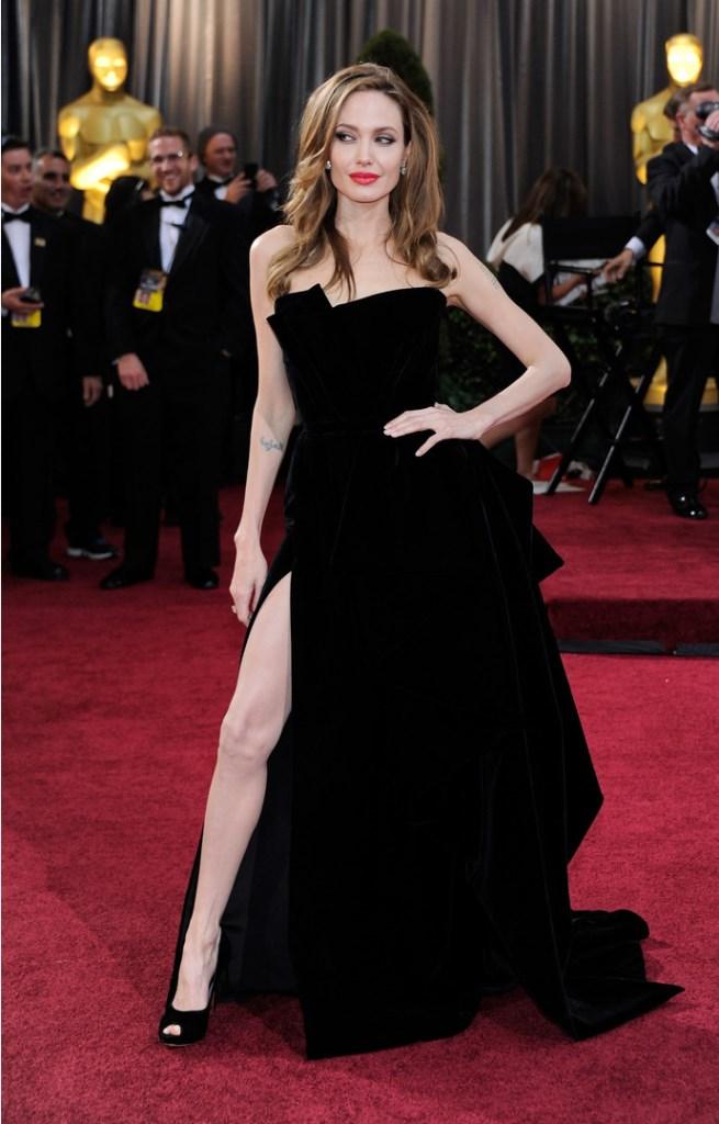 Анджелина Джоли в черном платье Atelier Versace на церемонии «Оскар» в 2012 году