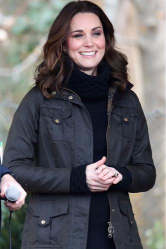 Новый выход Кейт Миддлтон: куртка, свитер и никаких каблуков (фото 5)