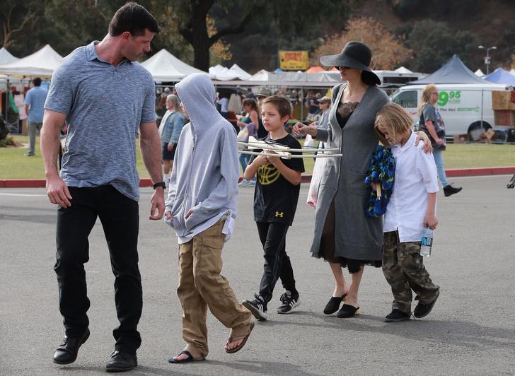 Семейный день: Анджелина Джоли с детьми посетила ярмарку в Пасадене (фото 4)
