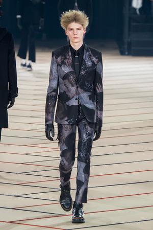Показ Dior Homme коллекции сезона Осень-зима 2017-2018 года Men prêt-à-porter - www.elle.ru - Подиум - фото 615868
