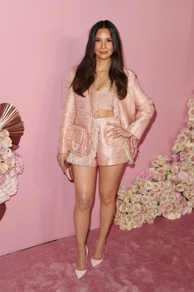 От королевы Рании до Кендалл Дженнер: 12 лучших розовых образов недели (фото 11)