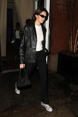 Косуха, брюки, футболка и конверсы: стильный и удобный образ Кендалл Дженнер (фото 1.2)