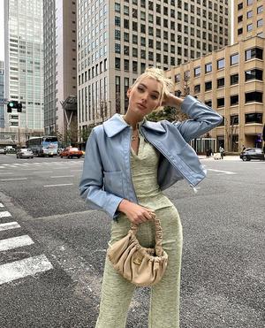 Нежнее нежного: Эльза Хоск в пастельно-голубой куртке (фото 1.1)