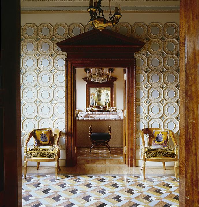 Холл квартиры Донателлы Версаче в Милане. Ренцо оформил первый этаж апартаментов, а спустя 20 лет, когда Донателла присоединила к ним квартиру этажом выше, работу продолжили его ученики.